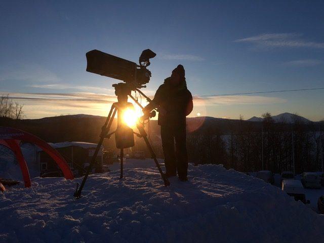 Alpina-SM, vitlökskorv och backlöpning, Simons mediepraktik fortsätter