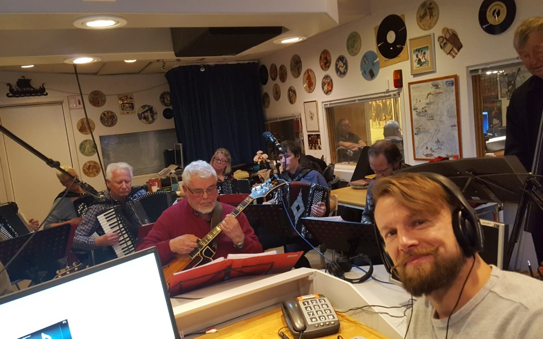 Bland dragspel och kontrabasar – följ Jonas på radiopraktiken