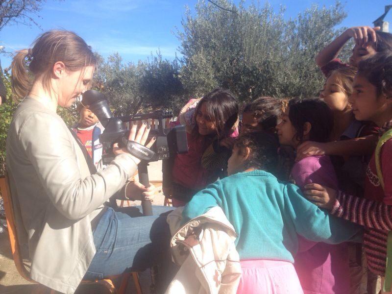 Reportage från ett hjälpprojekt – följ TV-produktion på reportageresa i Aten