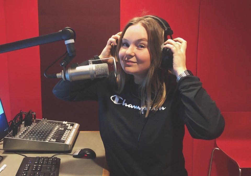 Om konsten att läsa nyheter – följ Linn på radiopraktiken