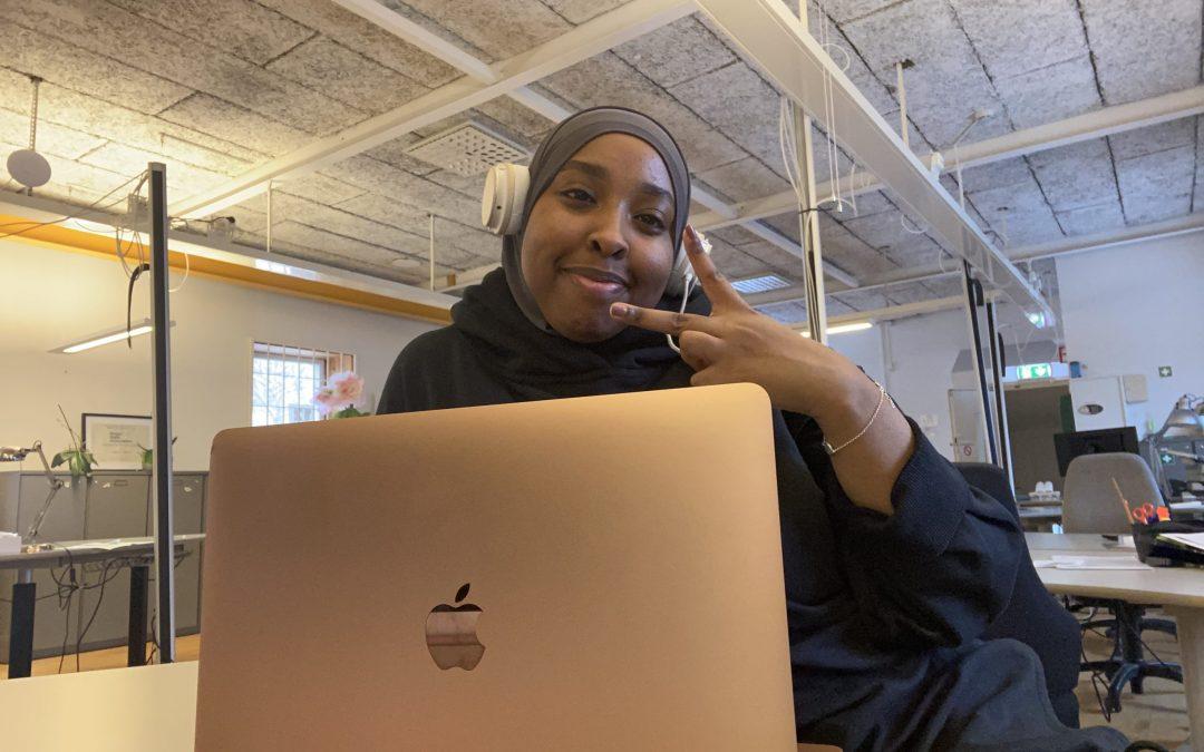 Nasrin praktiserar på mediehuset Fanzingo