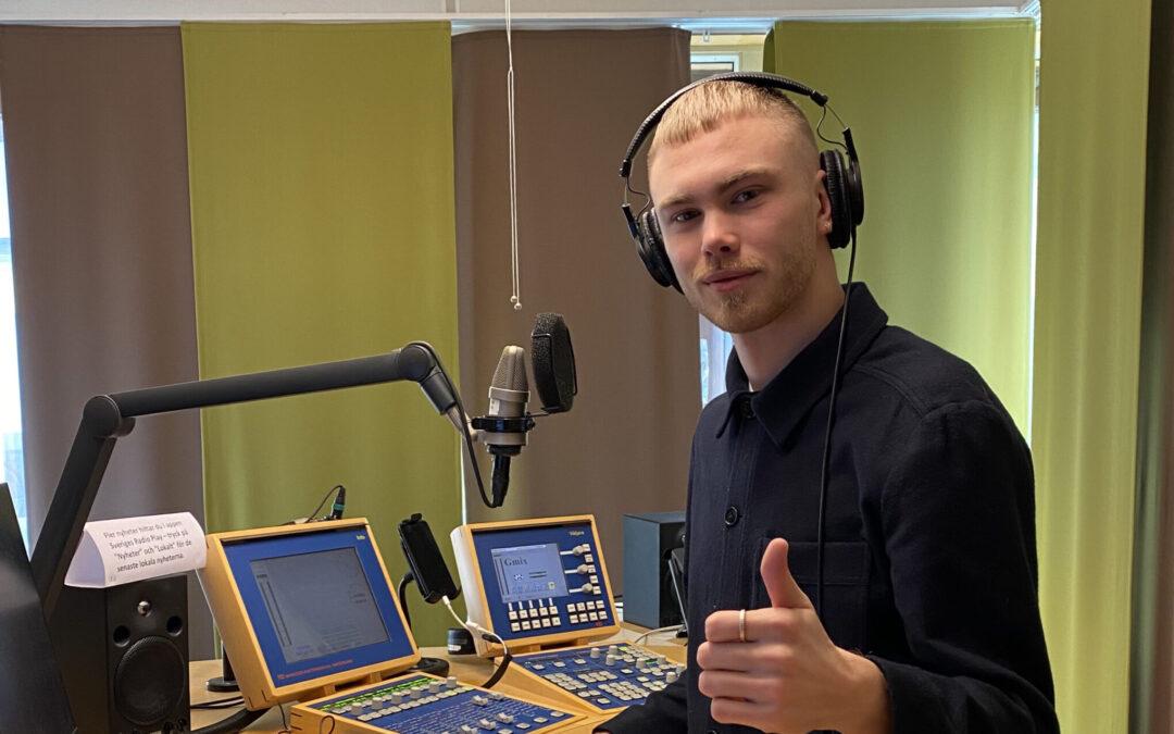 Isak provar på att vara digital redaktör på Radio P4 Kronoberg